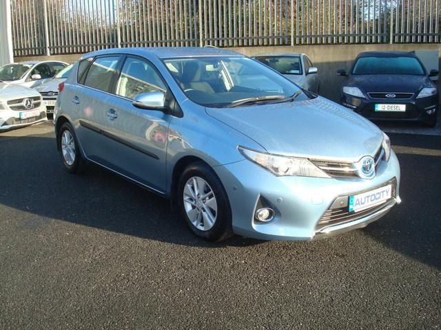 toyota auris 2013 hybrid review